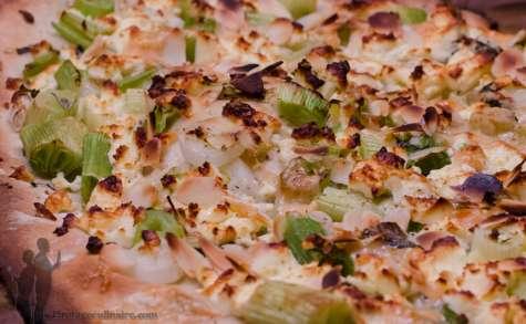 Pizza blanche et verte aux oignons nouveaux
