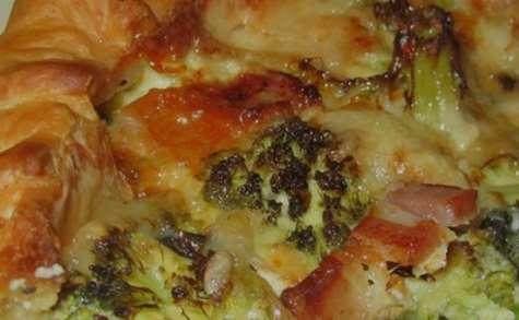 Une tarte feuilletée brocoli roquefort