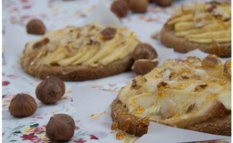Tartelettes aux pommes sur pâte sablée (allégée) à la farine de châtaignes et éclats de noisettes (et caramel)
