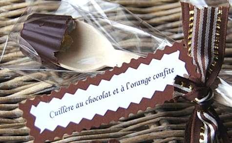 Cuillères de chocolat et oranges confites pour chocolat chaud
