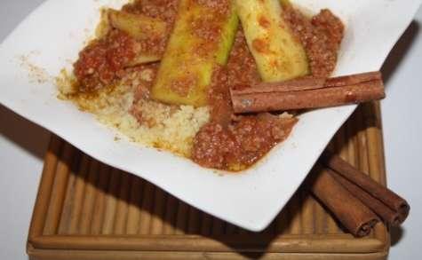 Semoule à la sauce tomate, boeuf et courgettes épicés