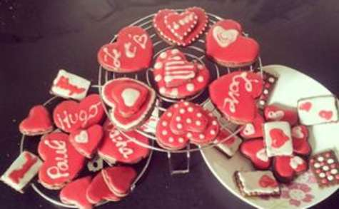 Biscuits chocolat et glaçage framboise