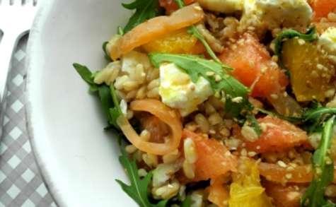 Salade de roquette et avoine aux agrumes, féta et truite fumée