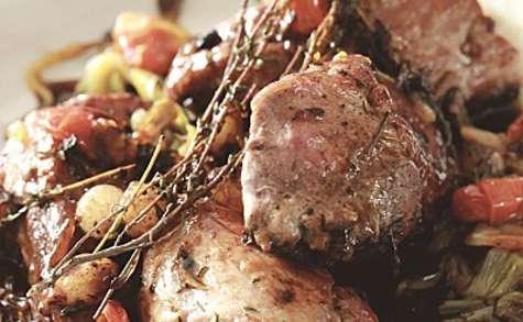 Filet mignon de porc aux petits oignons, pignons et vinaigre de cassis