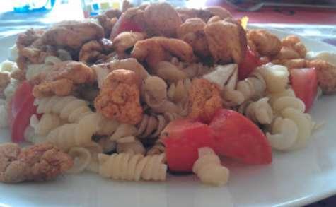 Salade de pâtes et poulet épicé