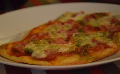 Flatbread tomates, mozzarella, pesto et poitrine fumée
