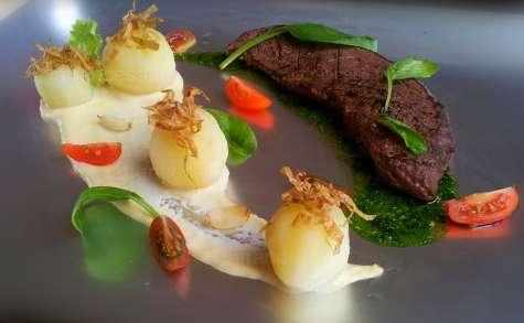 Pommes-de-terre, chips de peau de p-de-terre, poire planchée, crème d'ail