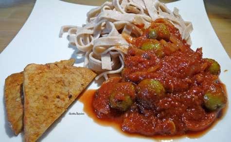 Tofu à la tomate, tagliatelles au sarrasin, sauce tomate aux olives farcies aux poivrons