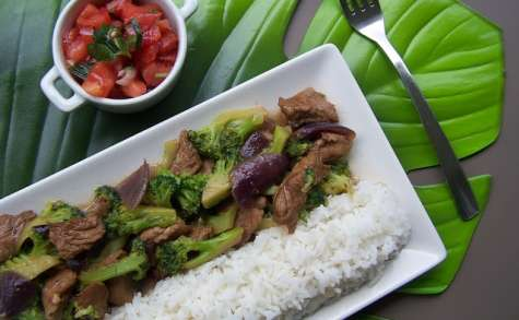 Sauté de veau aux brocolis & aux oignons rouges.