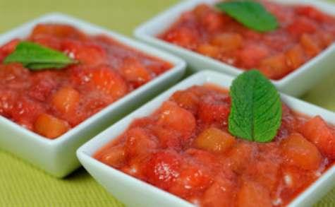 Riz au lait vanillé, compotée de fraises à la rhubarbe