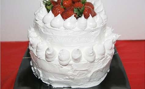 Gâteau d'anniversaire à la meringue et fruits rouges