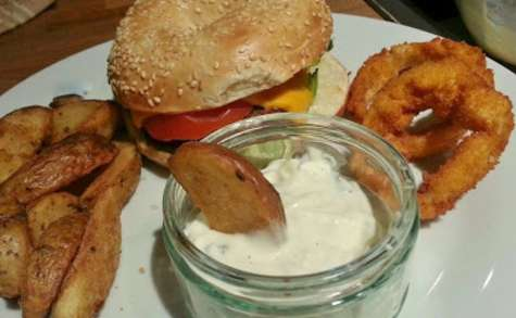 Burger avec potatoes, garlic sauce et onion rings