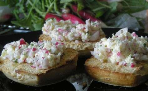 Tartines de beurre de radis aux échalottes et au basilic