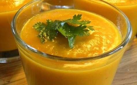 Gaspacho estival aux carottes, au poivron jaune et à l'orange