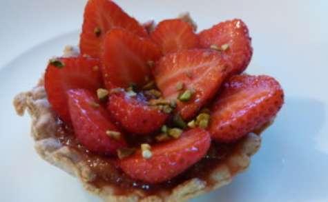 Tarte aux fraises sur compotée de rhubarbe et flocons d'avoine