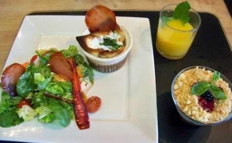 Paniers d'oeufs mollets au Stilton, Sucrine et jeunes pousses aux céréales et chips de Lonzo, trifle aux fruits rouges