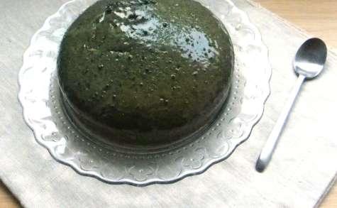 Moelleux au sésame noir, voile de chocolat blanc au thé matcha