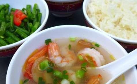 Street food du Laos avec riz gluant et poulet grillé à la citronnelle