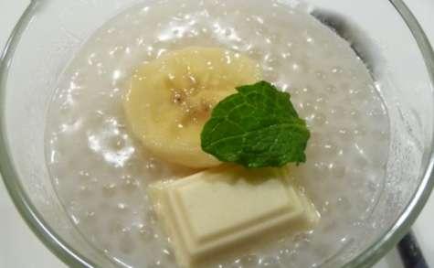 Dessert asiatique typique : perles de tapioca lait de coco et banane