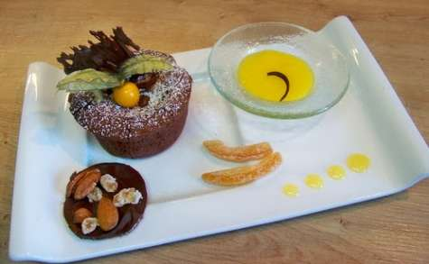 Moelleux au chocolat au coeur coulant et son coulis de mangue