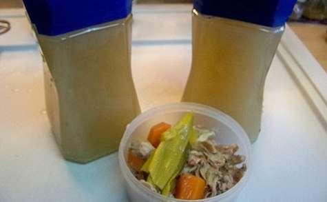 """Bouillon de volaille """"maison"""", soupe aux nouilles chinoises, volaille, épinard et gingembre"""