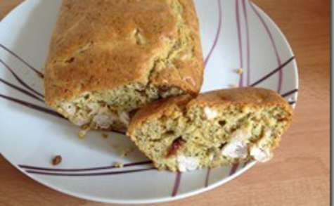 Un cake à la dinde, lait de coco, curry avec graines de pavot et raisins secs
