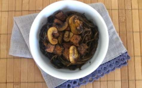Wok de soba au sarrasin, champignons et tofu à la sauce soja et sésame noir