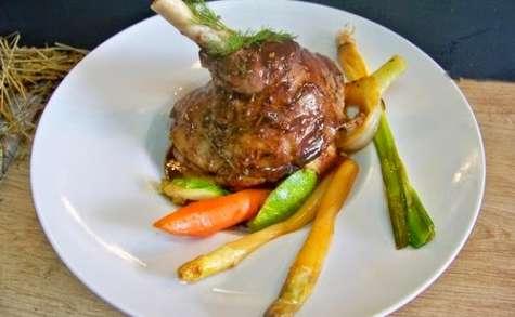 Souris d'agneau au foin, sauce aux 5 épices, polenta et petits légumes printaniers glacés