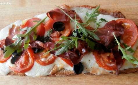 Bruschetta mozzarella, tomates, olives, basilic jambon cru et roquette