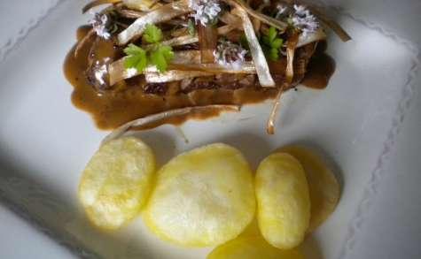 Filet mignon sauce café-crème, croustillants de poireau