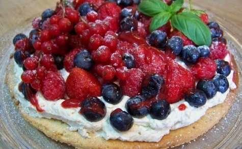 Tarte sablée aux fruits rouges, chantilly aux noix et coulis de fruits des bois au basilic