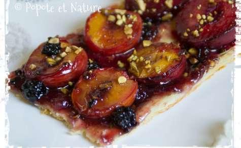Tarte aux prunes rouges, pistaches grillées et confiture de mûres