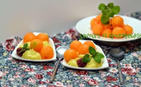 Billes de melon et framboises sur crème d'amandes