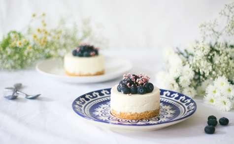 Cheesecake vanille et myrtilles sans cuisson sur un palet breton maison