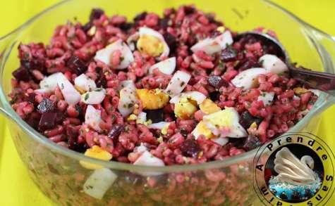 Salade de pâtes froides aux œufs et betterave