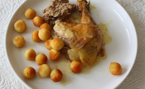Chapon rôti et farci raisins, pommes et noisettes
