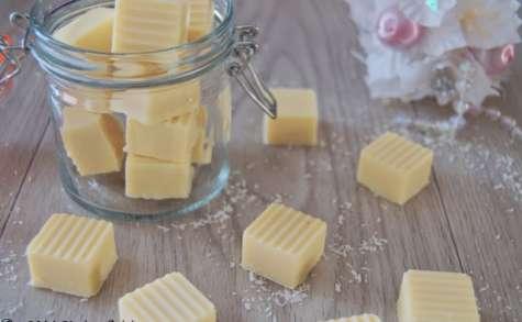 Le bonbon au chocolat blanc fourré à la noix de coco