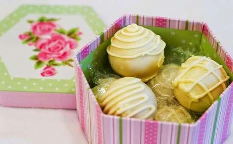 Cake balls, boules de gâteau, fourrées à la framboise, décor chocolat blanc (Etats-Unis)