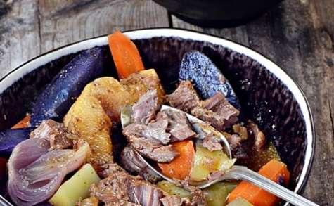 Joues de porc à la bière, poires de terre et coings
