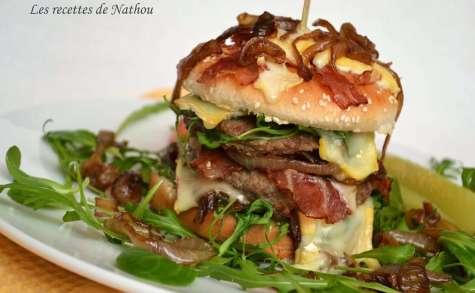 Hamburger au lard, oignons caramélisés, roquette et Reblochon