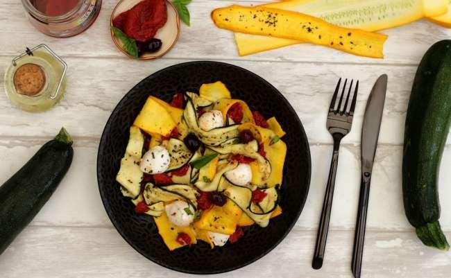 Salade de courgettes et tomates rôties, mozzarella et basilic
