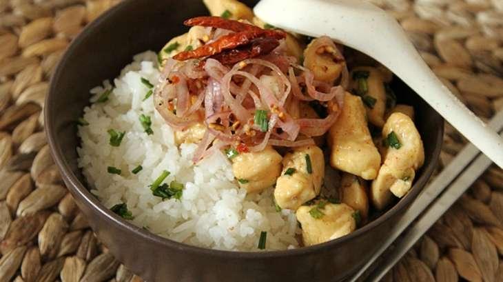 Poulet au miel, riz coco et sauce épicée à l'échalote