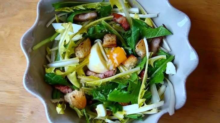 Salade de pissenlits aux lardons et oeufs mollets