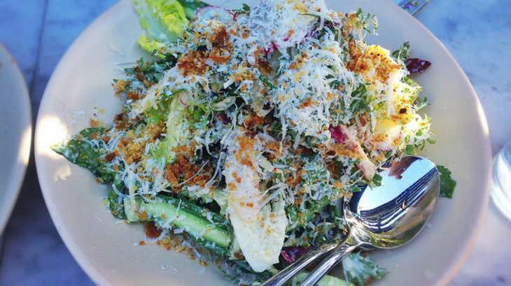 Salade de poulet aux pissenlits, radis, oignons rouge et verts, parmesan, coriandre fraîche