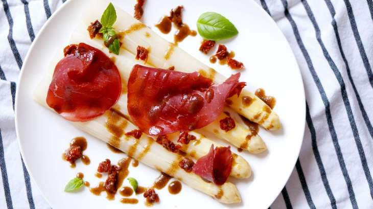 Asperges blanches, tomates confites, bresaola et basilic
