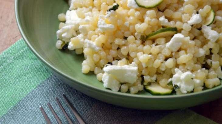 Salade de fregola, courgette, feta et vinaigrette à la menthe