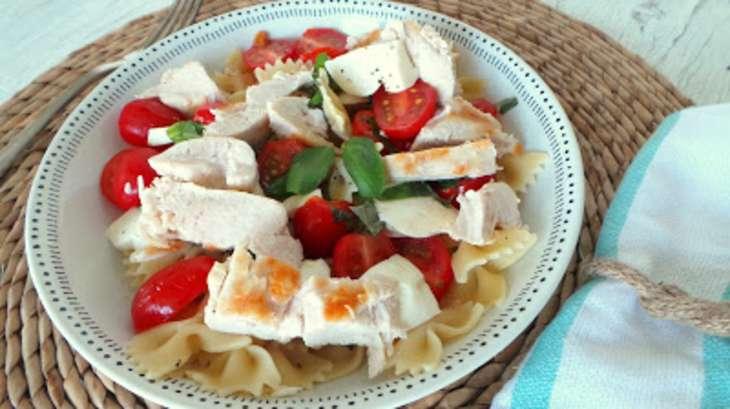 Salade au poulet grill tomates mozzarella recette par - Recette salade cesar au poulet grille ...