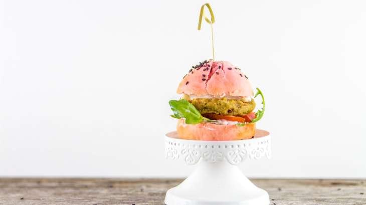 Burger rose et steak végétarien