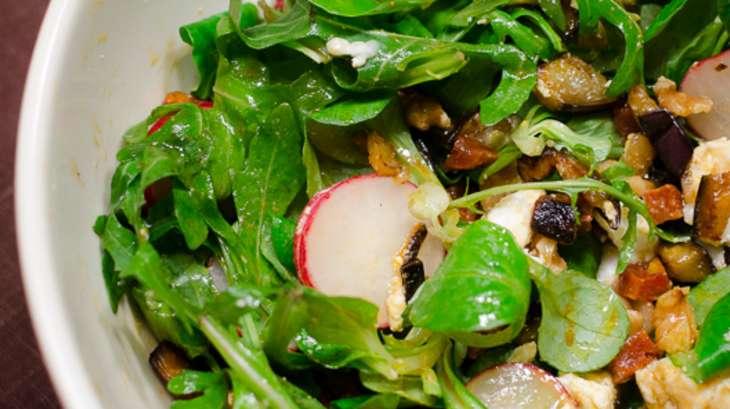 Salade à l'aubergine, au chorizo et au chèvre