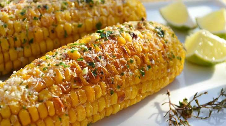 Epis de maïs grillés au thym, citron vert et parmesan